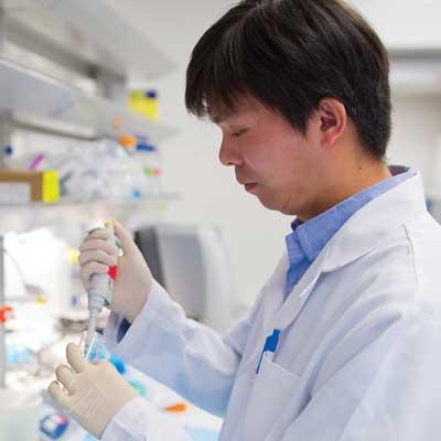 CTRC doctor preparing sample for in Vivo evaluation